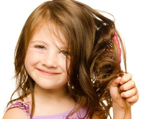 Das Haar Ihres Kindes waschen mit einem natürlichem Shampoo